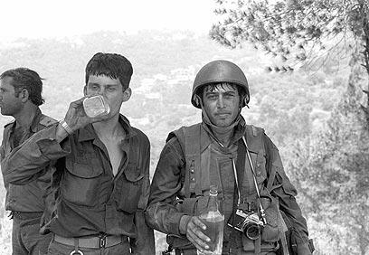 """עוצרים להתרעננות. צלם """"במחנה"""" מיקי צרפתי (מימין) והכתב הצעיר עמנואל רוזן (צילום: במחנה) (צילום: במחנה)"""