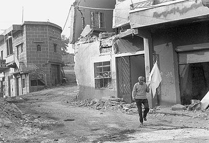 """""""אנשיך נהרגו בשביל עוד 25 מטרים""""  (צילום: מיקי צרפתי, במחנה) (צילום: ארכיון צה""""ל ומערכת הביטחון) (צילום: ארכיון צה"""