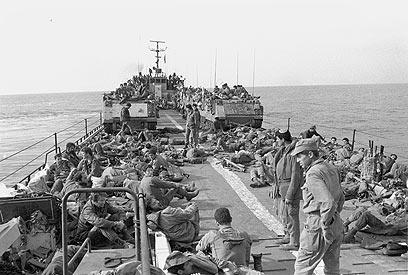 לוחמי חיל הים וכוח חטיבת צנחנים בהפלגה מאשדוד לצידון, לפני הנחיתה ליד שפך נהר האוואלי (צילום: במחנה) (צילום: במחנה)
