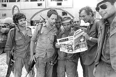 """לוחמים בשטח קוראים עיתון """"במחנה"""" (צילום: במחנה) (צילום: במחנה)"""