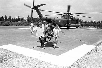 """מסוק """"יסעור"""" בפינוי לוחם צה""""ל שנפצע לבית חולים בישראל (צילום: במחנה) (צילום: במחנה)"""