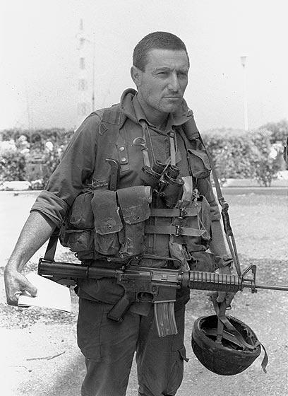 """סא""""ל דורון אלמוג, שהוביל את יחידות הצנחנים תחת השם """"כוח עוגן"""", מהנחיתה בשפך נהר האוואלי ועד ביירות (צילום: במחנה) (צילום: במחנה)"""
