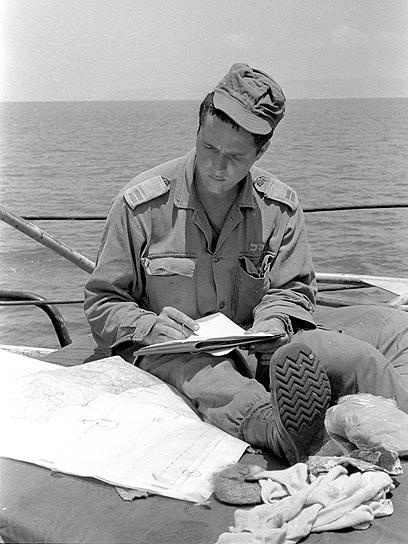 סגן ניר ברקת, קצין בגדוד 890 בחטיבה 35 - והיום ראש העיר ירושלים - מביט במפה ומשנן תוכניות (צילום: במחנה) (צילום: במחנה)