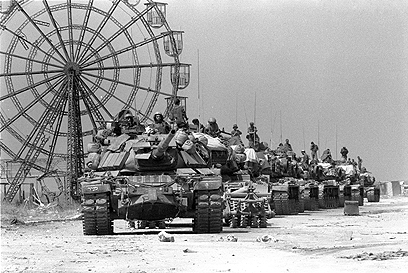 אורנים גדול, גלגל ענק. שיירת טנקים נעה דרומה בתום המלחמה (צילום: במחנה) (צילום: במחנה)