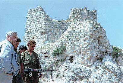 """שרון בבופור לאחר כיבושו, יוני 1982 (צילום: ארכיון צה""""ל ומערכת הביטחון) (צילום: ארכיון צה"""