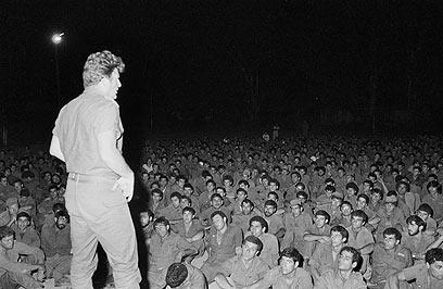 מפקד חטיבה 35 יורם יאיר (יה יה) מתדרך לוחמים (מיקי צרפתי, במחנה) (מיקי צרפתי, במחנה)
