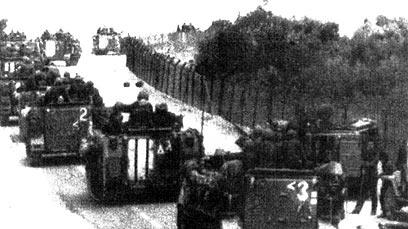 """כוח סמח""""ט גולני בדרך אל היעד, ליד גדר המערכת (צילום: ארכיון צה""""ל ומערכת הביטחון) (צילום: ארכיון צה"""