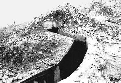 """תעלה מהעמדה הדרומית צפונה. בעיקול זה נפלו עמיקם שרף ורזי גוטרמן  (צילום: ארכיון צה""""ל ומערכת הביטחון) (צילום: ארכיון צה"""