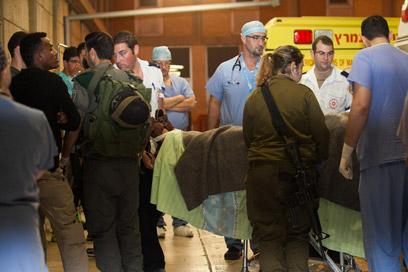 המחבל מפונה לבית החולים (קרדיט: אוהד צויגנברג) (קרדיט: אוהד צויגנברג)