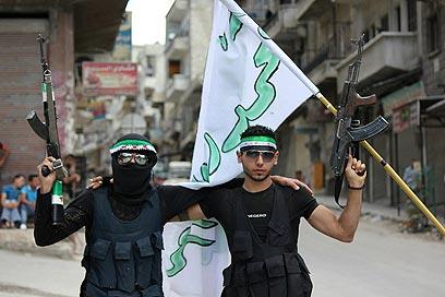 המורדים יקבלו גם צילומי לוויין ומידע מודיעיני מפורט על תנועות כוחות הצבא (צילום: AFP PHOTO/ HO/SHAAM NEWS NETWORK) (צילום: AFP PHOTO/ HO/SHAAM NEWS NETWORK)