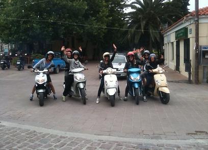 """הבנות על קטנועים בלסבוס, יוון. """"עשינו חיים משוגעים""""        (צילום: לילך אבנרי) (צילום: לילך אבנרי)"""
