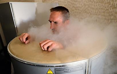פרנק ריברי מבלה באמבטיית קרח (צילום: AP) (צילום: AP)