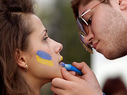אוהדת אוקראינית מתקשטת לכבוד שבצ'נקו (צילום: רויטרס) (צילום: רויטרס)