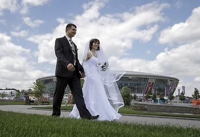 הזוג בתמונה מצא לו זמן לא ממש טוב להתחתן (צילום: רויטרס) (צילום: רויטרס)