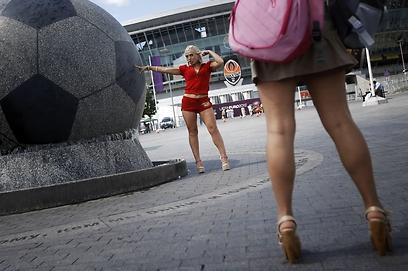 הרגליים של המדינה. אוקראיניות בתמונה למזכרת (צילום: AP) (צילום: AP)