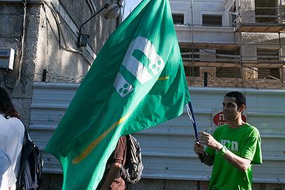 פעילים חילונים התייצבו מול החרדים  (צילום: אוהד צויגנברג)
