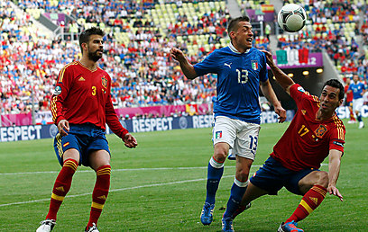 עמנולה ג'אקריני נגד ספרד. יש לנו נגד דריו סרנה מצ'-אפ מכריע (צילום: רויטרס) (צילום: רויטרס)