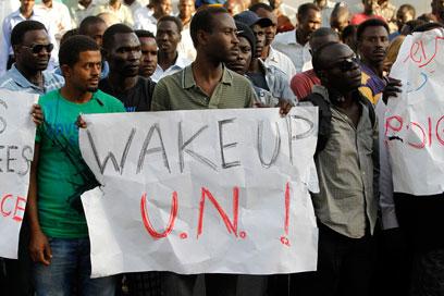 """""""המדינה שלכם פשוט הורגת אותנו"""". הפגנת דרום סודנים, אמש (צילום: רויטרס) (צילום: רויטרס)"""