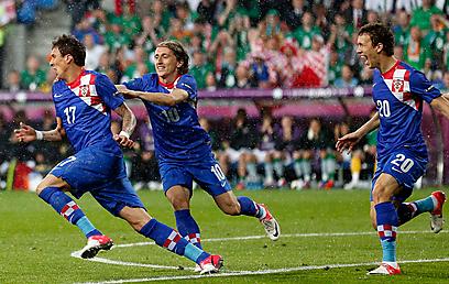 הקרואטים חוגגים נגד אירלנד. הפעם הם צפויים להפסיד (צילום: AP) (צילום: AP)