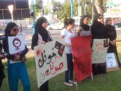 """ההפגנה ברמלה. """"מי יגן על הנשים הערביות?"""" (צילום: מכראם אבו מוך) (צילום: מכראם אבו מוך)"""
