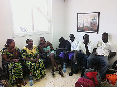 זרים במעצר, הבוקר באילת  (צילום: באדיבות רשות האוכלוסין וההגירה) (צילום: באדיבות רשות האוכלוסין וההגירה)