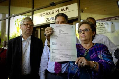 נוקתה סופית מכל אשמה. אמה של התינוקת ותעודת הפטירה החדשה (צילום: EPA) (צילום: EPA)