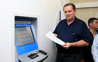 שר התחבורה, ישראל כץ, ועמדה אוטומטית (ארכיון) (צילום: מיכאל קרמר)