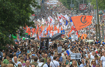 מפגינים נגד פוטין ברוסיה אשתקד. מנסה להרחיב את בסיס התמיכה (צילום: EPA) (צילום: EPA)