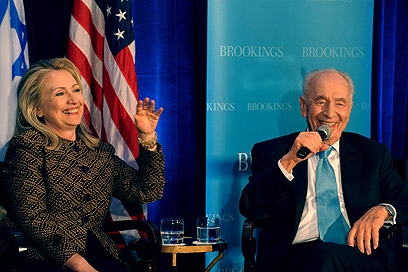 Clinton and Peres at Saban Center (Photo: Amos Ben-Gershom, GPO)