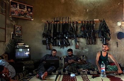 חיילי צבא סוריה החופשי ליד חלב (צילום: AP) (צילום: AP)