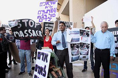 הפגנה מול שגרירות רוסיה בתל-אביב (צילום: דנה קופל) (צילום: דנה קופל)