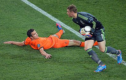 ואן פרסי נגד גרמניה. הוא עוד לפחות הבקיע שער אחד (צילום: AFP) (צילום: AFP)