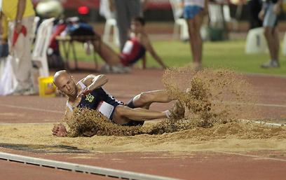 יוחאי הלוי מנפץ את השיא, למרות הרוח (צילום: ראובן שוורץ) (צילום: ראובן שוורץ)