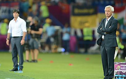 ואן מרוויק שובר את הראש. עדיין לא מצא את ההרכב הנכון (צילום: AFP) (צילום: AFP)