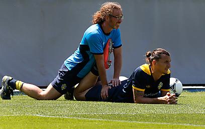 איברהימוביץ' מקבל טיפול במהלך האימון (צילום: AP) (צילום: AP)