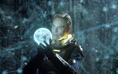 מייקל פאסבנדר. יש אנושיות בדיוויד (צילום: MCT) (צילום: MCT)