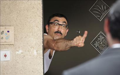"""ישראל קטורזה בהופעת אורח ב""""העולם מצחיק"""" (צילום: ורד אדיר)"""