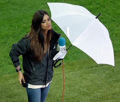 שרה קרבונרו, הבחורה של קסיאס, תחת המטריה (צילום: AP) (צילום: AP)