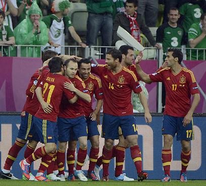 ספרד חוגגת מול האוהדים האירים את השער המהיר של טורס (צילום: AFP) (צילום: AFP)