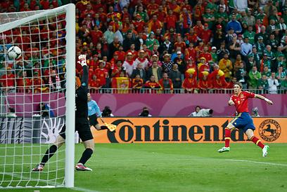 פרננדו טורס מפציץ את השער של גיבן בדרך ליתרון מהיר (צילום: AP) (צילום: AP)