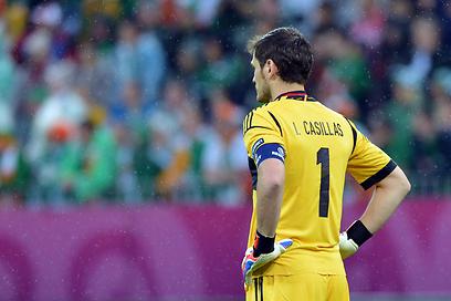 איקר קסיאס משועמם מול אירלנד (צילום: AFP) (צילום: AFP)