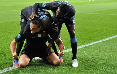 שחקני אנגליה חוגגים את השער של אנדי קארול (AFP)
