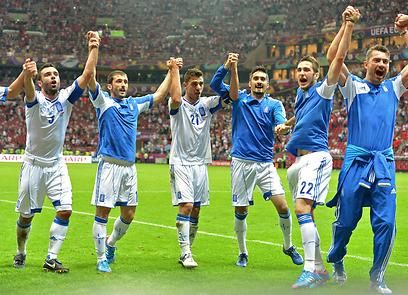 """נבחרת יוון חוגגת עלייה. המרוויחה הגדולה מהשיטה של אופ""""א (צילום: AFP) (צילום: AFP)"""