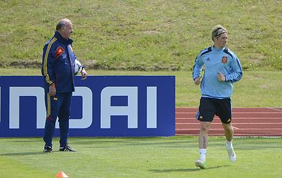 דל בוסקה באימון עם פרננדו טורס. המאמן יישאר שנתיים נוספות (צילום: AFP) (צילום: AFP)