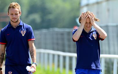 לוקה מודריץ' באימון. מקווה לא לתפוס את הראש גם מחר (צילום: AFP) (צילום: AFP)