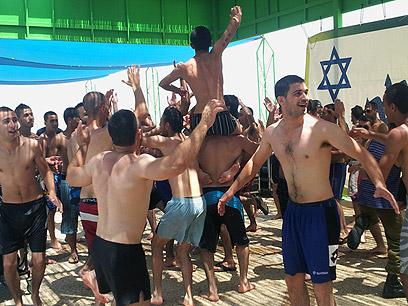 חיילים דרוזים חוגגים, היום בחוף גיא (צילום: חסן שעלאן) (צילום: חסן שעלאן)