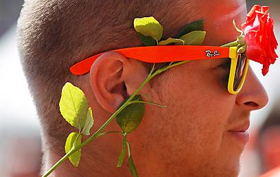 אוהד הולנדי מוכן עם הפרח בקנה (צילום: EPA) (צילום: EPA)