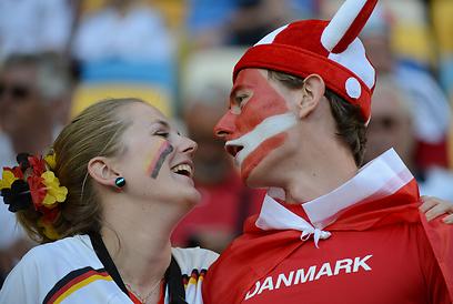 זוג מהסרטים. אוהד דני ואוהדת גרמניה מאושרים מהחיים  (צילום: AFP) (צילום: AFP)