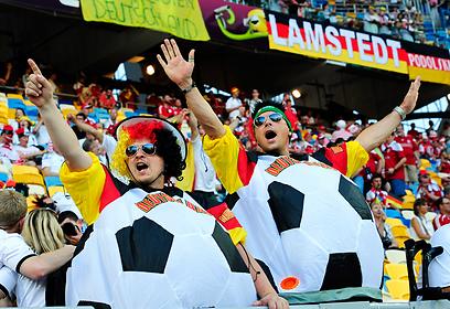 והכדור ברשת! או שלא. אוהדים גרמניים ביציעים (צילום: EPA) (צילום: EPA)