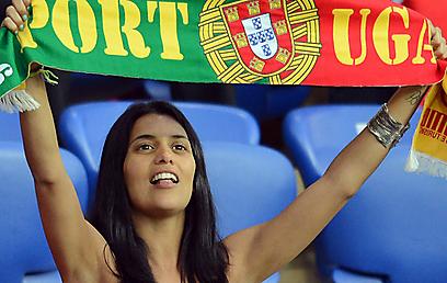 אוהדת פורטוגלית שולפת את הצעיף (צילום: AFP) (צילום: AFP)